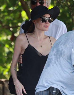 У Анджелины Джоли болит новая грудь